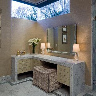 Immagine di una stanza da bagno padronale minimalista di medie dimensioni con consolle stile comò, ante beige, top in marmo, piastrelle bianche, doccia alcova, piastrelle in metallo, pareti beige e pavimento in marmo