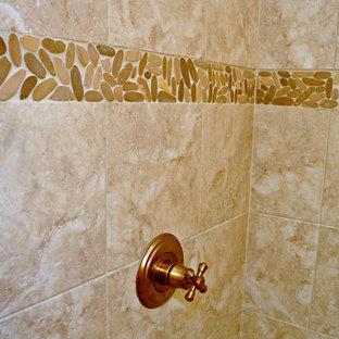 Idee per una stanza da bagno con doccia tropicale di medie dimensioni con ante con riquadro incassato, ante bianche, doccia alcova, WC a due pezzi, piastrelle beige, piastrelle marroni, piastrelle di ciottoli, pareti beige, pavimento con piastrelle in ceramica, lavabo sottopiano e top in granito