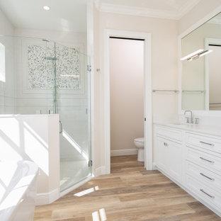 Diseño de cuarto de baño tradicional renovado con baldosas y/o azulejos rojos y baldosas y/o azulejos en mosaico