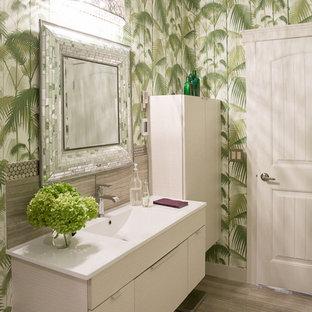 Foto di una piccola stanza da bagno con doccia tropicale con ante lisce, ante in legno chiaro, vasca ad alcova, WC a due pezzi, piastrelle grigie, piastrelle in gres porcellanato, pareti verdi, lavabo integrato e top in quarzo composito