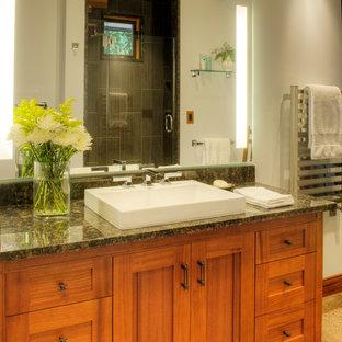 Immagine di una grande stanza da bagno padronale stile americano con lavabo a bacinella, ante con riquadro incassato, ante in legno scuro, top in granito, doccia alcova, WC monopezzo, pavimento in cemento, piastrelle marroni, pareti grigie, pavimento marrone, porta doccia a battente e top multicolore