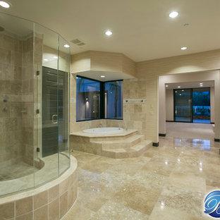 Стильный дизайн: большая главная ванная комната в современном стиле с настольной раковиной, плоскими фасадами, черными фасадами, угловой ванной, открытым душем, унитазом-моноблоком, бежевой плиткой, плиткой из листового камня, бежевыми стенами и полом из травертина - последний тренд