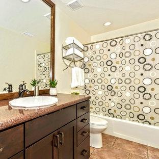 Inspiration för ett mellanstort vintage röd rött badrum med dusch, med skåp i shakerstil, skåp i mörkt trä, ett badkar i en alkov, en dusch/badkar-kombination, en toalettstol med separat cisternkåpa, beige väggar, klinkergolv i keramik, ett nedsänkt handfat, granitbänkskiva, brunt golv och dusch med duschdraperi