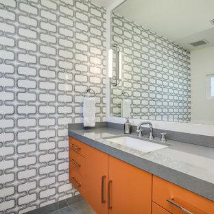 Immagine di una stanza da bagno moderna di medie dimensioni con ante lisce, ante arancioni, doccia alcova, WC monopezzo, piastrelle multicolore, piastrelle di marmo, pareti multicolore, pavimento in marmo, lavabo sottopiano, top in quarzo composito, pavimento grigio, porta doccia a battente e top grigio