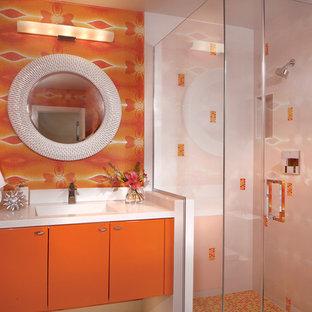 Großes Retro Badezimmer mit integriertem Waschbecken, flächenbündigen Schrankfronten, orangefarbenen Schränken, Quarzwerkstein-Waschtisch, Eckdusche, orangefarbenen Fliesen, Keramikfliesen, oranger Wandfarbe und Keramikboden in Phoenix