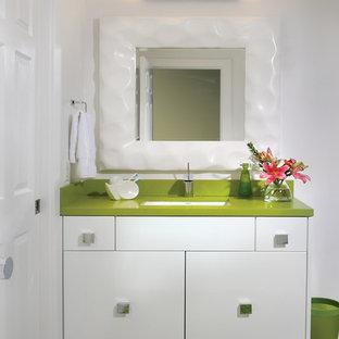 Foto di una grande stanza da bagno minimalista con lavabo sottopiano, ante lisce, ante bianche, top in quarzo composito, doccia alcova, piastrelle bianche, piastrelle in ceramica, pareti bianche, pavimento con piastrelle in ceramica e top verde
