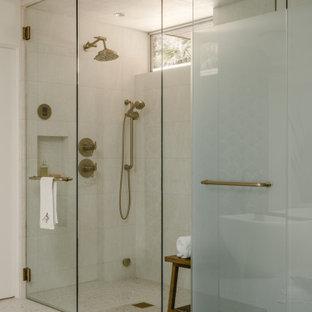 Ispirazione per un'ampia stanza da bagno padronale moderna con doccia a filo pavimento, bidè, piastrelle bianche, piastrelle in gres porcellanato, pareti bianche, pavimento in gres porcellanato, pavimento multicolore, porta doccia a battente e toilette