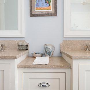 Foto de cuarto de baño principal, tradicional renovado, con armarios estilo shaker, puertas de armario blancas, paredes azules, suelo de madera en tonos medios, lavabo bajoencimera y encimera de piedra caliza