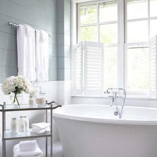 Diseño de cuarto de baño principal, tradicional, grande, con bañera exenta, baldosas y/o azulejos de cemento, baldosas y/o azulejos blancos, paredes azules y suelo con mosaicos de baldosas