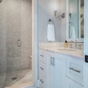 Foto på ett litet vintage badrum, med luckor med profilerade fronter, vita skåp, vit kakel, stenkakel, grå väggar, marmorgolv, ett undermonterad handfat, marmorbänkskiva och grått golv