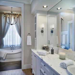 Idéer för små vintage en-suite badrum, med luckor med profilerade fronter, vita skåp, grå kakel, stenkakel, beige väggar, skiffergolv, ett undermonterad handfat, marmorbänkskiva och en jacuzzi