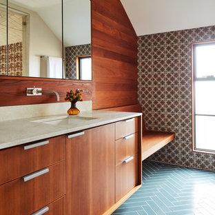 Foto de cuarto de baño con ducha, vintage, con armarios con paneles lisos, puertas de armario de madera en tonos medios, baldosas y/o azulejos multicolor, paredes marrones, lavabo bajoencimera, suelo azul, ducha con puerta con bisagras y encimeras beige