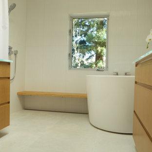 Immagine di una stanza da bagno padronale di medie dimensioni con ante lisce, ante in legno chiaro, vasca giapponese, doccia a filo pavimento, bidè, piastrelle bianche, piastrelle in ceramica, pareti bianche, pavimento con piastrelle in ceramica, lavabo integrato, top in vetro, pavimento bianco, doccia con tenda e top bianco