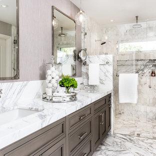 Esempio di una stanza da bagno padronale classica con ante con riquadro incassato, ante in legno bruno, doccia doppia, pistrelle in bianco e nero, lavabo sottopiano e porta doccia a battente