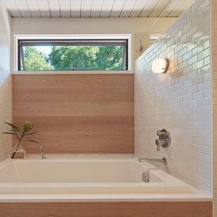 Modelo de cuarto de baño retro con bañera encastrada, ducha empotrada, baldosas y/o azulejos blancos y baldosas y/o azulejos de cemento