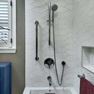 Idéer för att renovera ett litet vintage vit vitt badrum med dusch, med släta luckor, blå skåp, ett hörnbadkar, en dusch/badkar-kombination, en toalettstol med hel cisternkåpa, vit kakel, keramikplattor, grå väggar, ljust trägolv, ett piedestal handfat, gult golv och med dusch som är öppen
