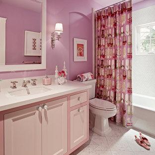 Mittelgroßes Klassisches Badezimmer mit Marmorboden, rosa Wandfarbe, Schrankfronten mit vertiefter Füllung, lila Schränken, Badewanne in Nische, Duschbadewanne, Wandtoilette mit Spülkasten, weißen Fliesen, Porzellanfliesen, Unterbauwaschbecken, Quarzwerkstein-Waschtisch, weißem Boden und Duschvorhang-Duschabtrennung in San Francisco