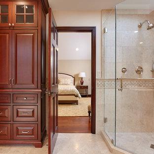 Immagine di una stanza da bagno con doccia classica con ante con bugna sagomata, ante marroni, doccia ad angolo, piastrelle in travertino, pavimento in travertino, pavimento beige e porta doccia a battente