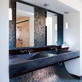 Foto de cuarto de baño con ducha, actual, de tamaño medio, con lavabo de seno grande, encimera de cemento, baldosas y/o azulejos azules, baldosas y/o azulejos en mosaico, paredes multicolor y suelo con mosaicos de baldosas