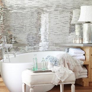 Esempio di una stanza da bagno padronale shabby-chic style con ante in legno chiaro, vasca freestanding, piastrelle a specchio e parquet chiaro
