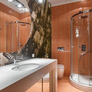 Salle de bain avec un carrelage orange et un mur marron : Photos et ...