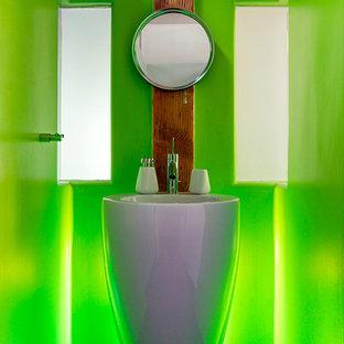Imagen de cuarto de baño minimalista con lavabo con pedestal, baldosas y/o azulejos verdes y paredes verdes