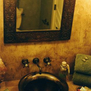На фото: со средним бюджетом ванные комнаты среднего размера в стиле фьюжн с фасадами с утопленной филенкой, темными деревянными фасадами, унитазом-моноблоком, бежевой плиткой, разноцветной плиткой, терракотовой плиткой, бежевыми стенами, полом из терракотовой плитки, душевой кабиной, настольной раковиной и столешницей из плитки