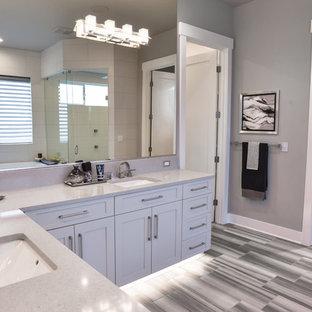 Idee per una grande stanza da bagno padronale contemporanea con ante in stile shaker, ante bianche, vasca da incasso, doccia ad angolo, WC a due pezzi, piastrelle in gres porcellanato, pareti grigie, pavimento in gres porcellanato, lavabo sottopiano e top alla veneziana