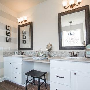 Idee per una grande stanza da bagno padronale stile rurale con lavabo da incasso, ante in stile shaker, ante bianche, top in granito, vasca da incasso, doccia alcova, WC a due pezzi, piastrelle grigie, piastrelle di vetro, pareti beige e pavimento in linoleum