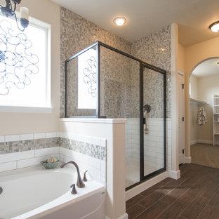 Modelo de cuarto de baño principal, rural, grande, con lavabo encastrado, armarios estilo shaker, puertas de armario blancas, encimera de granito, bañera encastrada, ducha empotrada, sanitario de dos piezas, baldosas y/o azulejos grises, baldosas y/o azulejos de vidrio, paredes beige y suelo de linóleo