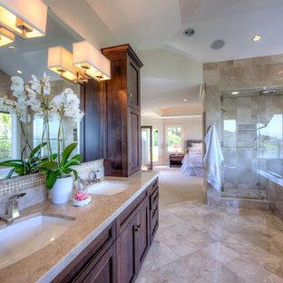 Idéer för ett stort klassiskt badrum, med skåp i shakerstil, bruna skåp, ett platsbyggt badkar, en dubbeldusch, en toalettstol med hel cisternkåpa, beige kakel, travertinkakel, beige väggar, travertin golv, ett undermonterad handfat, beiget golv och med dusch som är öppen