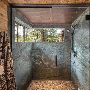 Пример оригинального дизайна: главная ванная комната среднего размера в стиле рустика с фасадами с выступающей филенкой, искусственно-состаренными фасадами, ванной на ножках, душем в нише, унитазом-моноблоком, разноцветной плиткой, плиткой из сланца, бежевыми стенами, полом из сланца, настольной раковиной и столешницей из известняка