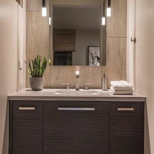 フェニックスの大きいコンテンポラリースタイルのおしゃれなバスルーム (浴槽なし) (フラットパネル扉のキャビネット、グレーのキャビネット、段差なし、一体型トイレ、ベージュのタイル、ライムストーンタイル、ベージュの壁、無垢フローリング、アンダーカウンター洗面器、珪岩の洗面台、ベージュの床、オープンシャワー、白い洗面カウンター) の写真