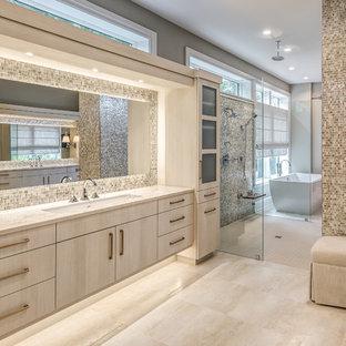 Inspiration för ett maritimt beige beige en-suite badrum, med släta luckor, skåp i ljust trä, en kantlös dusch, beige kakel, mosaik, grå väggar, ett undermonterad handfat, beiget golv och med dusch som är öppen