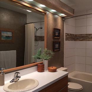 Esempio di una piccola stanza da bagno padronale classica con lavabo da incasso, ante lisce, ante in legno chiaro, top in laminato, vasca ad alcova, vasca/doccia, WC monopezzo, piastrelle multicolore, piastrelle in pietra, pareti marroni e pavimento in gres porcellanato