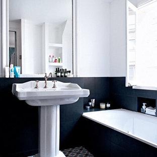Удачное сочетание для дизайна помещения: большая главная ванная комната в стиле современная классика с раковиной с пьедесталом, керамогранитной плиткой, ванной в нише, белыми стенами, полом из керамогранита, открытыми фасадами, разноцветным полом и синей столешницей - самое интересное для вас