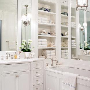 Ispirazione per una piccola stanza da bagno padronale tradizionale con lavabo sottopiano, ante bianche, top in marmo, vasca sottopiano, piastrelle bianche, pareti bianche, pavimento con piastrelle a mosaico, ante con bugna sagomata e top bianco