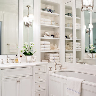 Modelo de cuarto de baño principal, tradicional, pequeño, con lavabo bajoencimera, puertas de armario blancas, encimera de mármol, bañera encastrada sin remate, baldosas y/o azulejos blancos, paredes blancas, suelo con mosaicos de baldosas, armarios con paneles con relieve y encimeras blancas