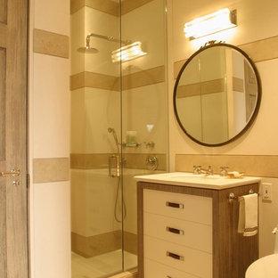 Idéer för ett mellanstort modernt badrum med dusch, med släta luckor, vita skåp, en dusch i en alkov, en toalettstol med hel cisternkåpa, beige kakel, vit kakel, porslinskakel, beige väggar, klinkergolv i porslin, bänkskiva i akrylsten, beiget golv, dusch med gångjärnsdörr och ett undermonterad handfat