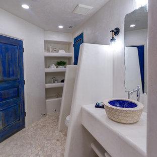 Ispirazione per una stanza da bagno stile rurale con nessun'anta, ante gialle e lavabo a bacinella