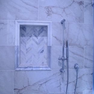 Idéer för att renovera ett mellanstort funkis vit vitt en-suite badrum, med luckor med infälld panel, vita skåp, en dusch i en alkov, en toalettstol med hel cisternkåpa, flerfärgad kakel, marmorkakel, grå väggar, marmorgolv, ett undermonterad handfat, marmorbänkskiva, flerfärgat golv och dusch med skjutdörr