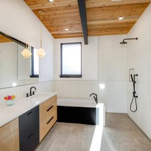 Idéer för att renovera ett stort funkis vit vitt en-suite badrum, med släta luckor, beige skåp, ett undermonterat badkar, en öppen dusch, vit kakel, porslinskakel, vita väggar, klinkergolv i porslin, ett undermonterad handfat, grått golv och med dusch som är öppen