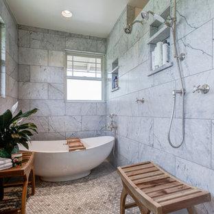 Foto på ett stort vintage en-suite badrum, med luckor med profilerade fronter, skåp i ljust trä, ett fristående badkar, våtrum, marmorbänkskiva, mosaikgolv och grått golv