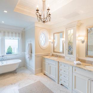 Esempio di una grande stanza da bagno padronale classica con ante a filo, ante bianche, vasca con piedi a zampa di leone, doccia ad angolo, pareti beige, pavimento in marmo, lavabo sottopiano, top in granito, pavimento bianco e top beige