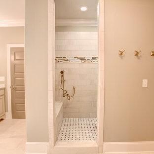 Удачное сочетание для дизайна помещения: ванная комната среднего размера в средиземноморском стиле с фасадами с выступающей филенкой, светлыми деревянными фасадами, накладной ванной, душевой комнатой, раздельным унитазом, бежевой плиткой, розовой плиткой, керамической плиткой, бежевыми стенами, полом из травертина, врезной раковиной и мраморной столешницей - самое интересное для вас