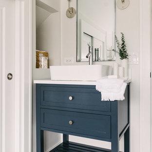 Mittelgroßes Klassisches Duschbad mit blauen Schränken, weißer Wandfarbe, Zementfliesen, Aufsatzwaschbecken, blauem Boden, verzierten Schränken, Badewanne in Nische, Duschbadewanne, Duschvorhang-Duschabtrennung, weißer Waschtischplatte, weißen Fliesen, Metrofliesen und Mineralwerkstoff-Waschtisch in Chicago