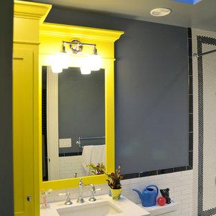 Ejemplo de cuarto de baño con ducha, clásico renovado, de tamaño medio, con armarios estilo shaker, puertas de armario amarillas, bañera empotrada, ducha empotrada, sanitario de una pieza, baldosas y/o azulejos blancos, baldosas y/o azulejos de cemento, paredes grises, lavabo bajoencimera, encimera de cuarcita y ducha con cortina