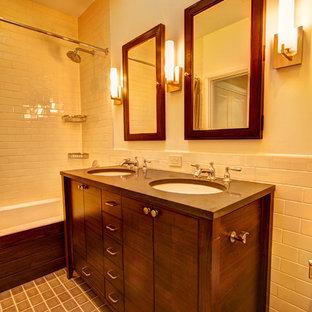 Esempio di una stanza da bagno classica con lavabo sottopiano, ante in legno bruno, top in quarzo composito, piastrelle beige, piastrelle diamantate e ante lisce
