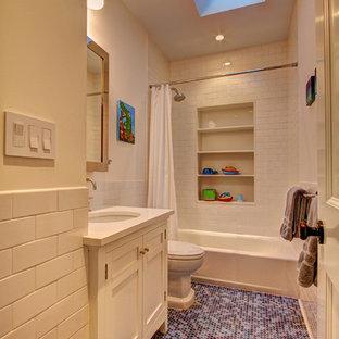 Cette image montre une salle de bain traditionnelle pour enfant avec un lavabo encastré, un placard à porte shaker, des portes de placard blanches, un plan de toilette en quartz modifié, une baignoire en alcôve, un combiné douche/baignoire, un WC à poser, un carrelage blanc, un carrelage métro et un sol violet.