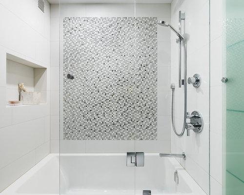 badezimmer mit hellen holzschr nken und duschwanne ideen beispiele f r die badgestaltung houzz. Black Bedroom Furniture Sets. Home Design Ideas